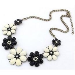 Nyakék fekete fehér virágokkal díszítve. 00059ec