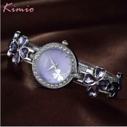 Ezüst szíjas, lila számlapos női karóra.