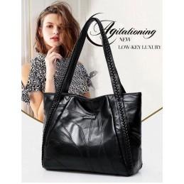 Fekete, vállra akasztható divatos női táska