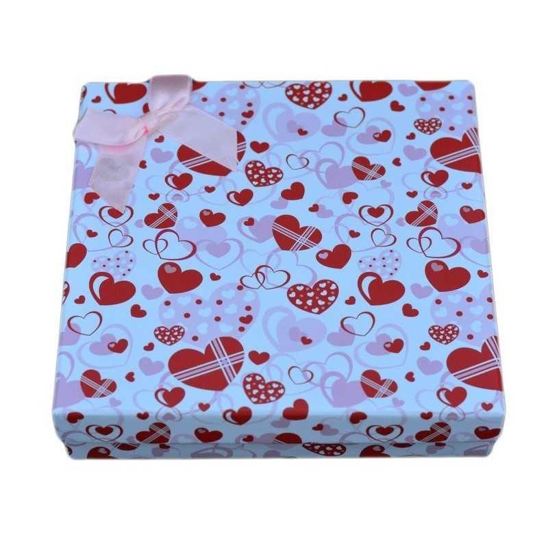 Ajándékboboz ékszer szetthez. Fehér doboz, piros szívekkel.
